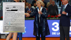 La alcaldesa en la entrega de premios en 2016 junto la hoja de encargo a los abogados. (Foto: Madrid)