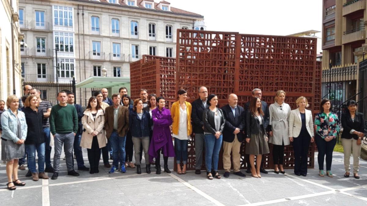 Representantes del PNV, EH Bildu y Elkarrekin Podemos se han concentrado este lunes frente al Parlamento Vasco, en Vitoria, para expresar su «apoyo y solidaridad» a la presidenta del Parlamento de Cataluña, Carme Forcadell (Foto: Twitter)