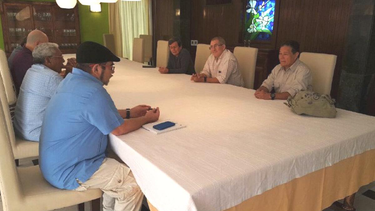 Los líderes terroristas colombianos de las FARC y el ELN, reunidos en La habana bajo el amparo de la dictadura castrista.