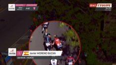 Captura de pantalla de la retransmisión de la etapa del Giro, en el momento de la agresión de Javier Moreno.