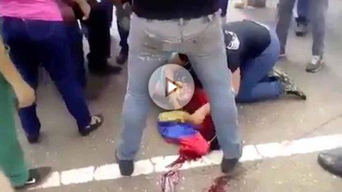 Oriana Wadsquier, herida sobre un charco de sangre en una marcha anti Maduro.