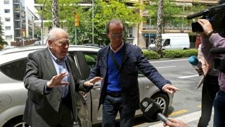 "Jordi Pujol calla ante los periodistas al trascender que Marta Ferrusola era ""la madre superiora"" (Foto:EFE)"