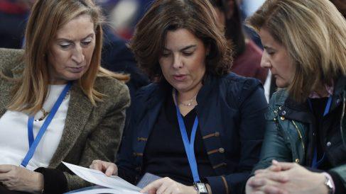 La presidenta del Congreso, Ana Pastor; la vicepresidenta del Gobierno, Soraya Sáenz de Santamaría; y la ministra de Empleo, Fátima Báñez. (Foto: EFE)