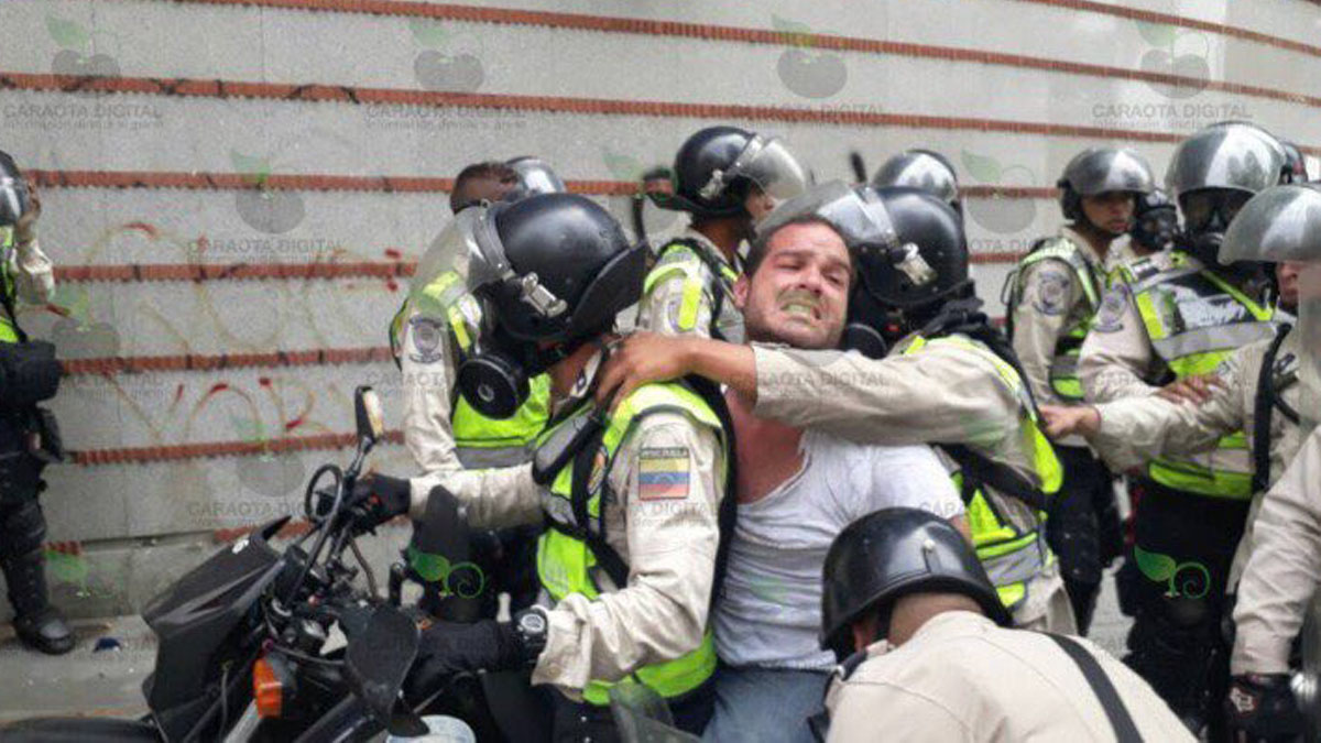 Sergio Contreras detenido por la PNB. Foto: CARAOTA DIGITAL