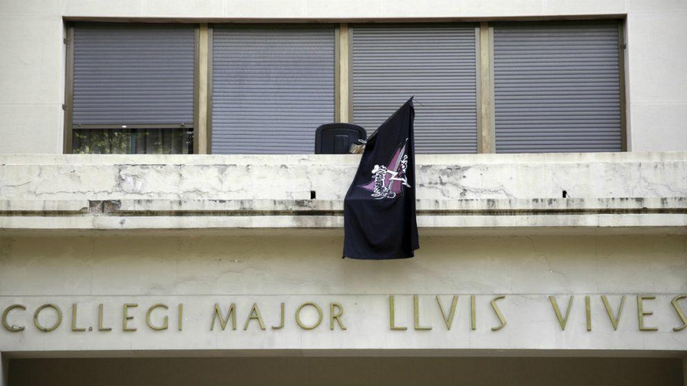 Bandera colgada por okupas en el Colegio Mayor Luis Vives (Foto:EFE)