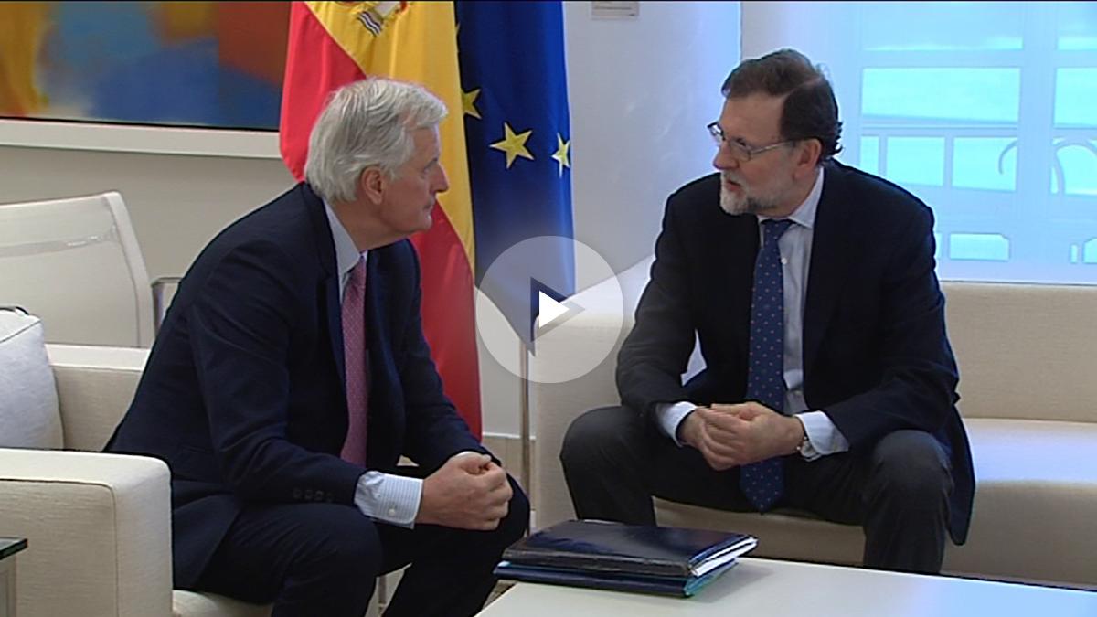 El presidente del Gobierno, Mariano Rajoy, junto a Michel Barnier en La Moncloa. (Foto: Gobierno de España)
