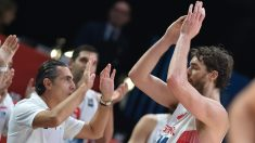 Sergio Scariolo celebra con Pau Gasol el éxito en el EuroBasket 2015. (AFP)