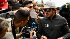 Fernando Alonso firmando autógrafos (Getty)
