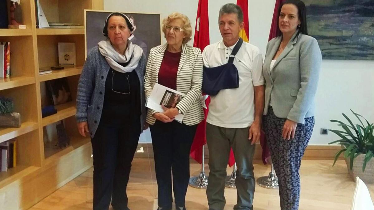 La alcaldesa de Madrid, Manuela Carmena, con miembros de una asociación chavista. (Foto: Madrid)
