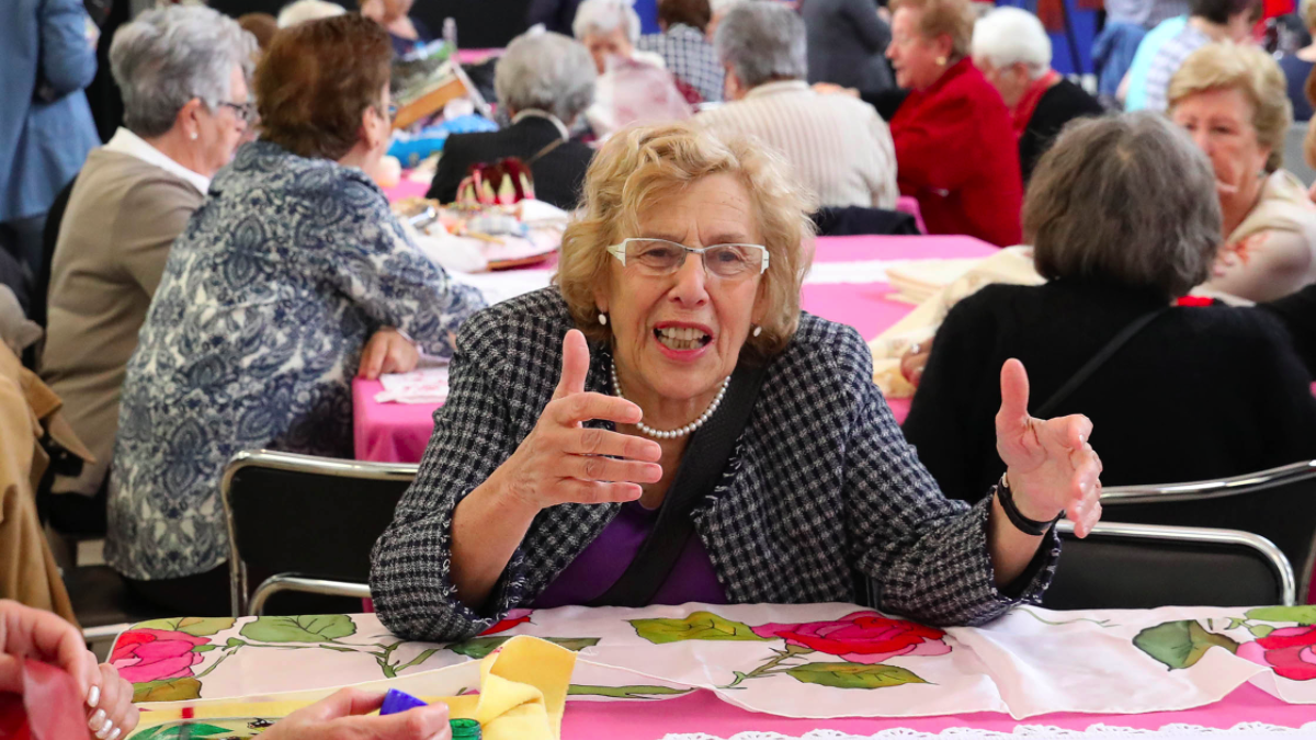 La alcaldesa Carmena visitando a personas mayores en un taller de costura. (Foto: Madrid)