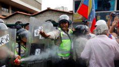 Momento en que la la policía de Maduro rocía con gas pimienta a los abuelos de Venezuela (Foto:Twitter)