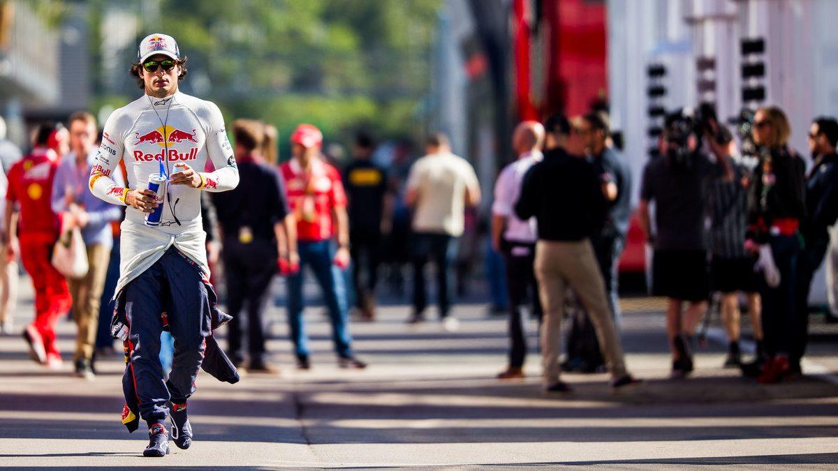 Carlos Sainz caminando por el paddock (Getty)