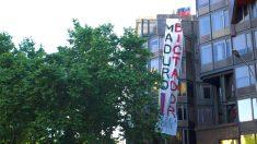 Una pancarta anti Maduro cuelga del edificio del consulado de Venezuela en Barcelona. (OKD)