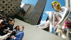 Jeff Koons atiende a la prensa tras la instalación de su bailarina hinchable en Manhattan. (AFP)