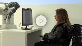 Una enferma de esclerosis múltiple jugando al ajedrez con la ayuda de un robot