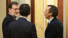 Mariano Rajoy conversa con Fernando Martínez-Maíllo y Rafael Hernando. (Foto: EFE)