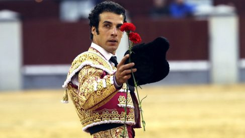 Morenito de Aranda saluda tras cortar la oreja (Foto; Efe).