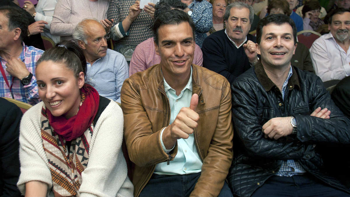Encuentro con militantes de Pedro Sánchez, junto a la alcaldesa de Moaña, Marta Freire, en Vigo. (EFE)