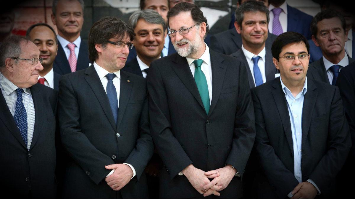 Mariano Rajoy y Carles Puigdemont, en Barcelona, antes de un almuerzo con directivos del sector del automóvil. (EFE)