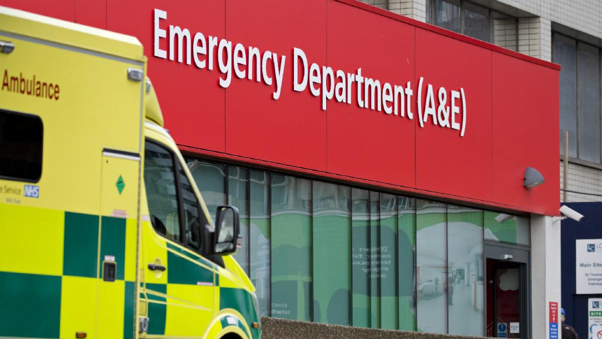 Una ambulancia frente a un hospital británico (Foto:AFP)