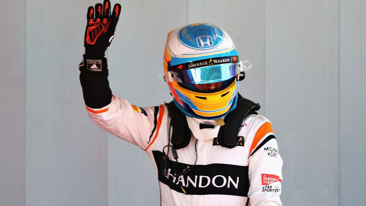 Fernando Alonso saludando a la afición (Getty)