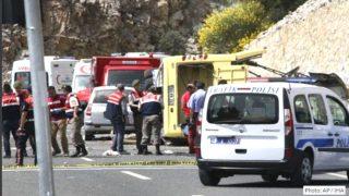 Policía y personal de emergencias en el lugar del accidente.