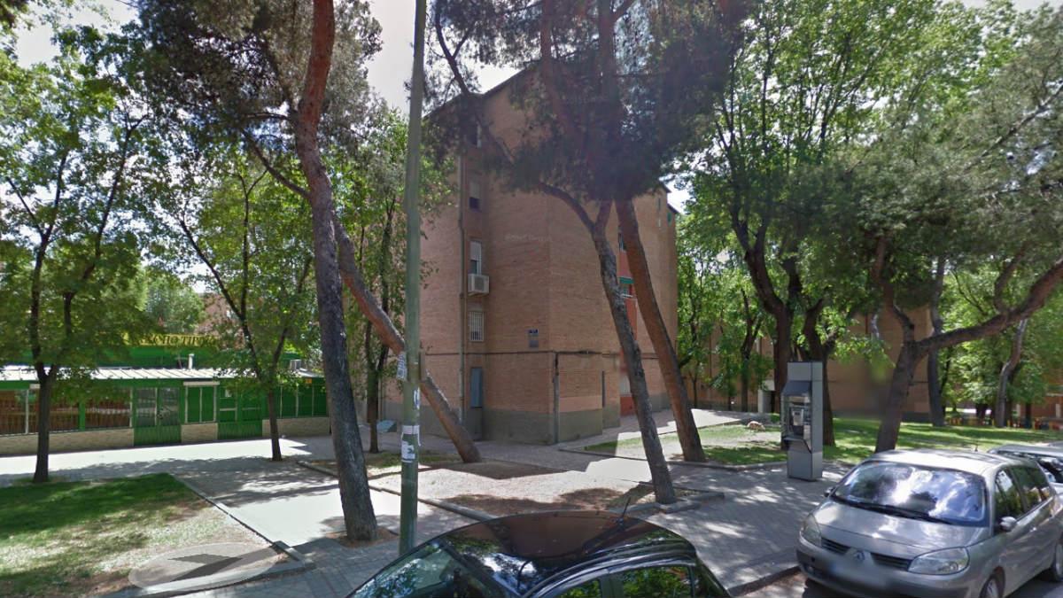 La víctima residía en este edificio en el distrito de Orcasitas de Madrid. Foto: GMaps