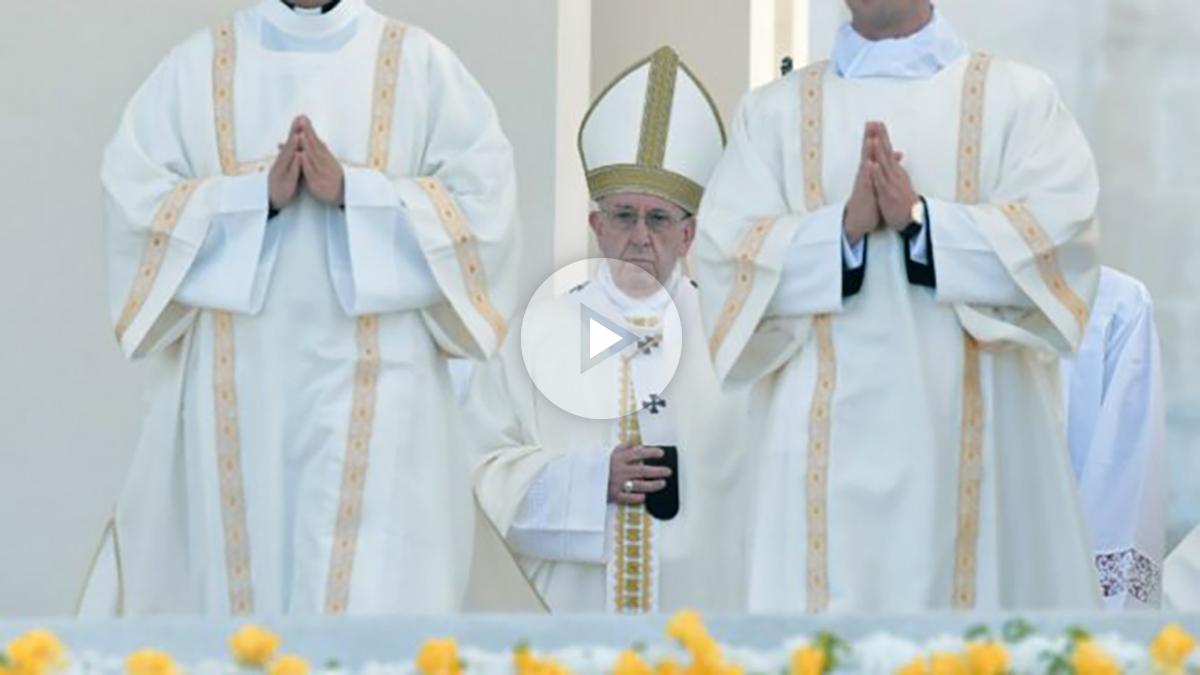 El Papa Francisco I durante la ceremonia de canonización de los pastorcitos Francisco y Jacinta en el santuario de Nuestra Señora de Fátima. Foto: AFP