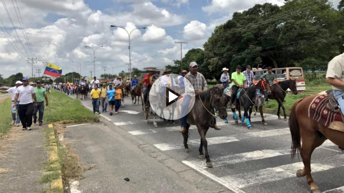 La oposición venezolana marcha a caballo contra la dictadura de Maduro.