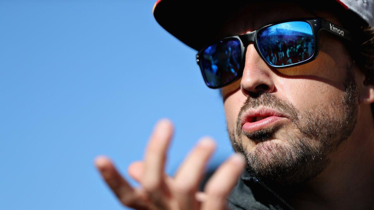 Fernando Alonso atiende a la prensa antes de un Gran Premio. (Getty)