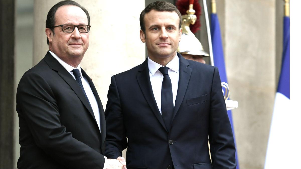 Hollande y Macron se saludan en el Elíseo (Foto: AFP).