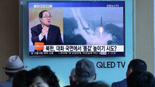 Ciudadanos surcoreanos atienden las noticias sobre el último misil lanzado por Corea del Norte. (Foto: AFP)