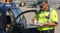 Un agente de la Guardia Civil multa a un conductor. (Foto: EFE)