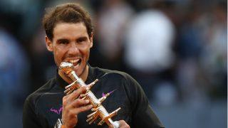 Rafa Nadal muerde el título que le acredita como campeón del Mutua Madrid Open. (Getty)