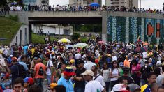 La autopista Francisco Fajardo, en Caracas, bloqueada pacíficamente por los manifestantes anti Maduro.
