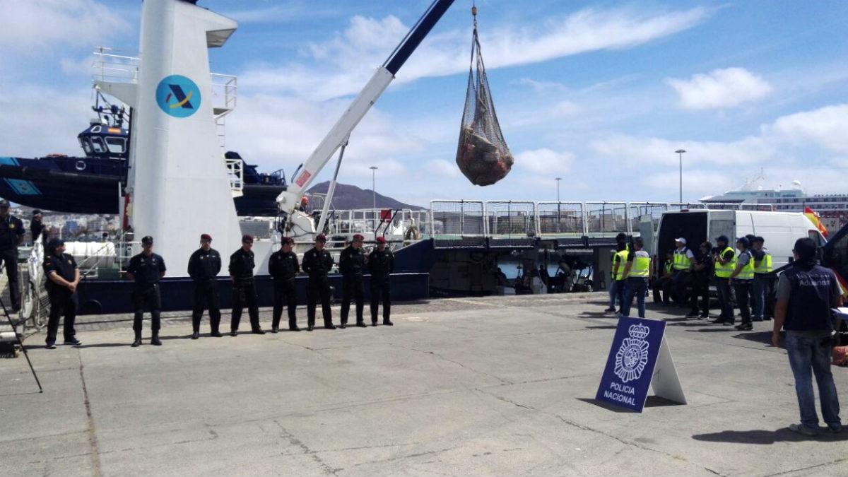 Descarga de los 80 fardos llenos de cocaína interceptados ne un buque con bandera de Venezuela.