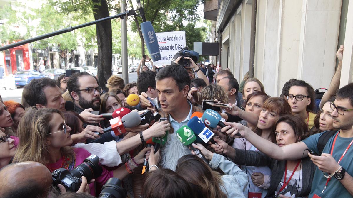 Pedro Sánchez atiende a los medios en Ferraz. Autor: Paco Toledo