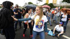 Lilian Tintori en la movilización para atrancar las calles de Venezuela. (AFP)