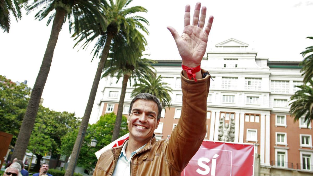 Pedro Sánchez saluda a los simpatizantes. (EFE)