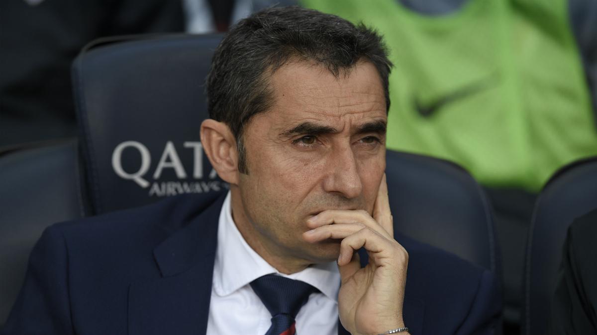 Ernesto Valverde, sentado sobre el banquillo del Camp Nou en un partido reciente. (AFP)