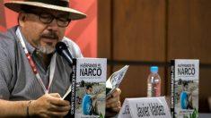 Javier Valdez, periodista asesinado en México, presentando uno de sus libros. (AFP)