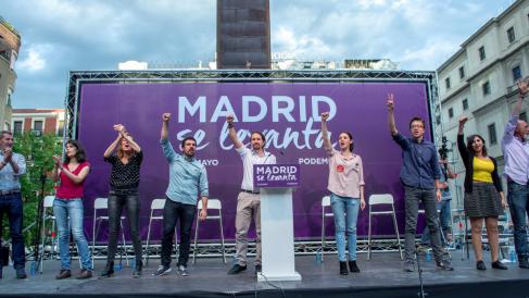 Ramón Espinar, Pablo Iglesias e Irene Montero en el centro de la imagen junto a compañeros de Podemos. (Foto: Flickr)