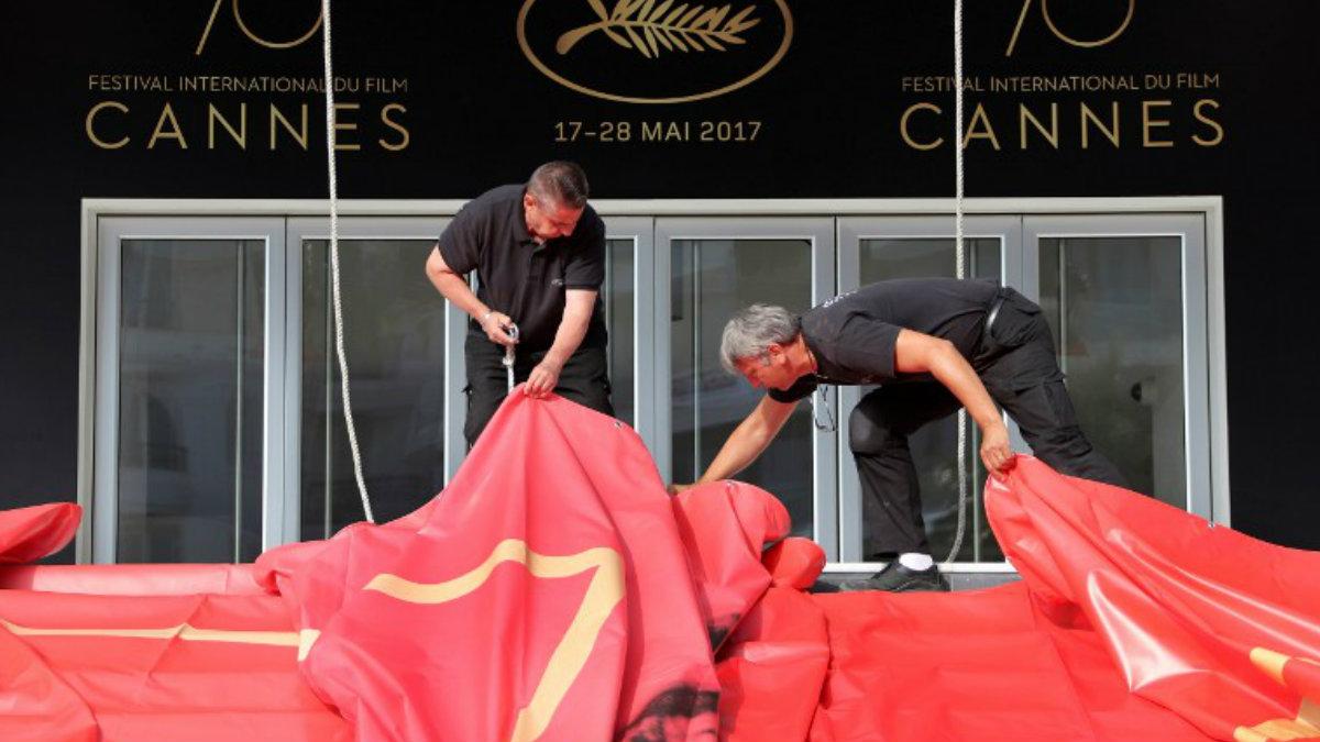 Dos operarios ultiman los preparativos de la 70ª edición del festival de cine de Cannes. Foto: AFP