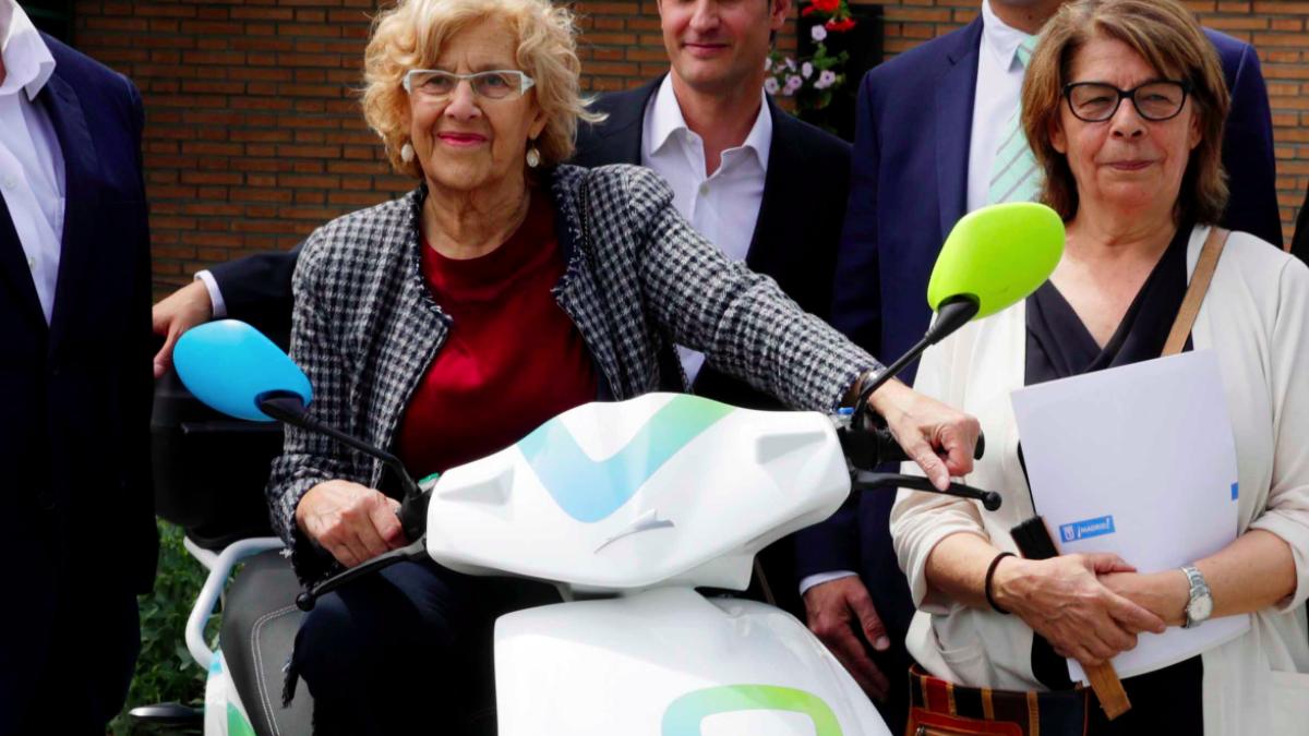 La alcaldesa Manuela Carmena presentando este miércoles un nuevo servicio de alquiler de motos. (Foto: Madrid)