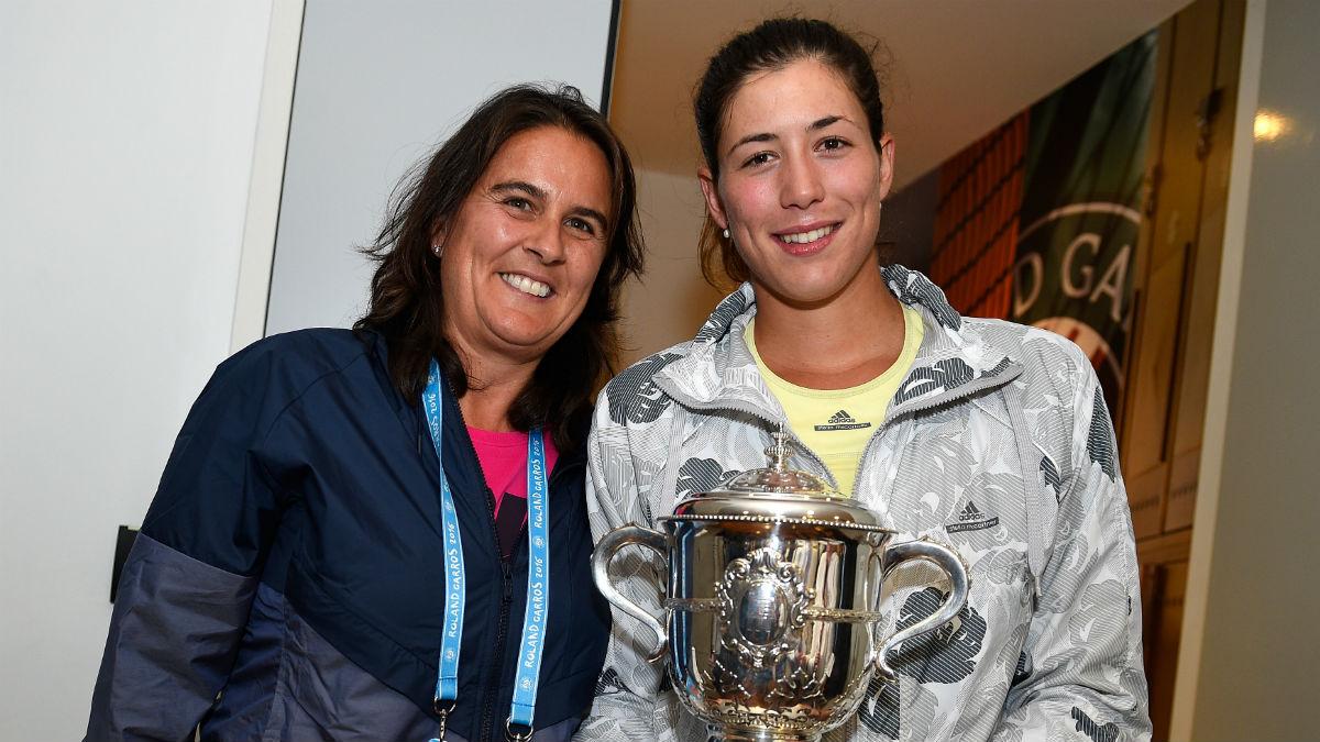 Garbiñe Muguruza posa junto a Conchita con el trofeo de Roland Garros. (Getty)