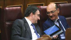 Los diputados del PNV Aitor Esteban (i) y Mikel Legarda durante un Pleno en el Congreso (Foto: Efe)