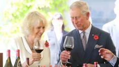 Los príncipes de Gales degustando una copa de vino