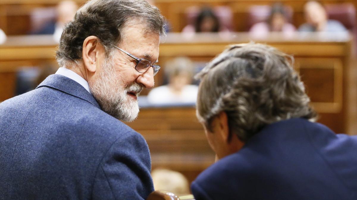 Mariano Rajoy y Rafael Hernando. (Foto: EFE)