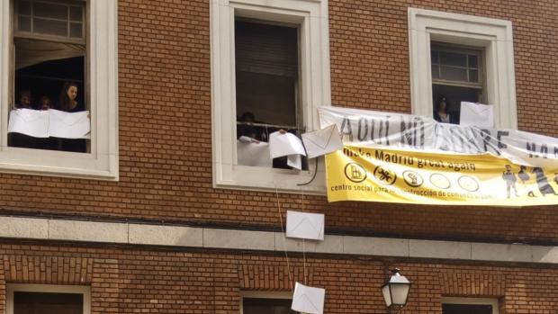 El PP visita la okupación del Paseo del Prado y exigirán a Carmena el desalojo inmediato