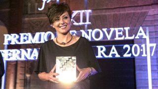 Sonsoles Ónega con un ejemplar de su obra premiada (Foto: Efe).
